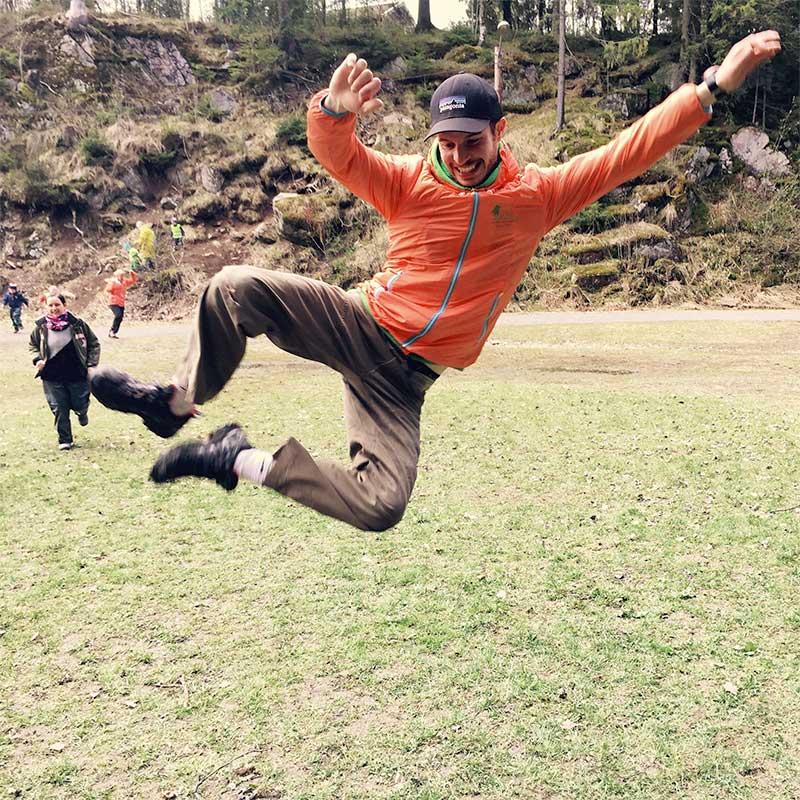 Friluftsinstruktør hopper glad