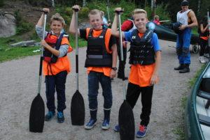 Barn klare til å padle kano på Høstcamp