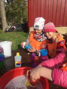 Barn vasker opp etter lunsj på Høstcamp