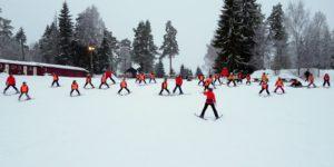 Barn i slalåmbakken under skikurs i AKS-tiden